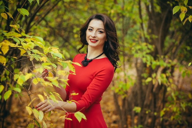 공원에서 데이트를 기다리는 젊은 아름 다운 소녀