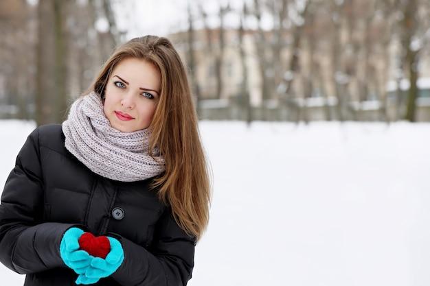 그녀의 손에 붉은 마음으로 젊은 아름 다운 소녀