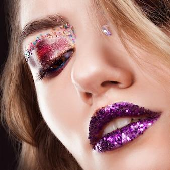Молодая красивая девушка с творческим макияж. привлекательная блондинка, крупный план