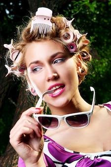 Молодая красивая девушка с очками