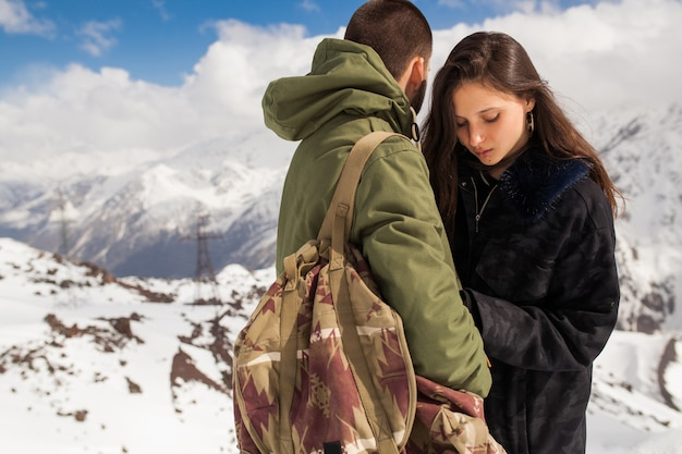 Молодая красивая хипстерская пара, походы в горы, зимние каникулы, путешествия, мужчина и женщина в любви