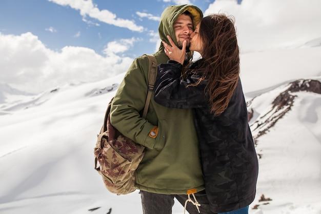 山でのハイキング、流行に敏感な若いカップル、冬休み旅行、愛の男性女性