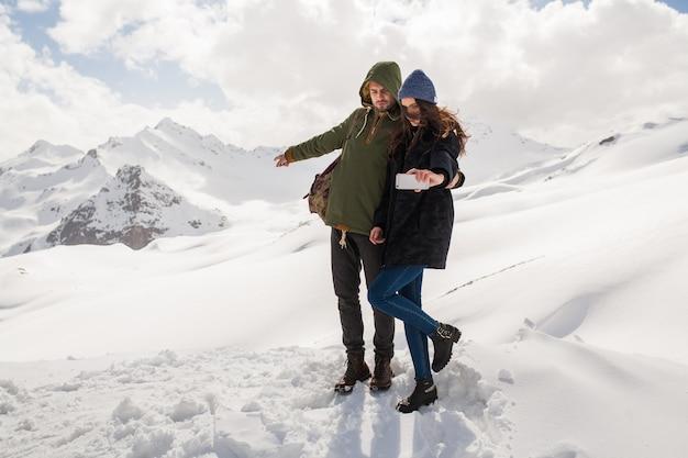 산에서 하이킹 젊은 아름 다운 힙 스터 커플, 겨울 휴가 여행, 사랑에 남자 여자