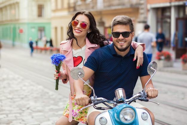Молодая красивая хипстерская пара, езда на мотоцикле городской улице