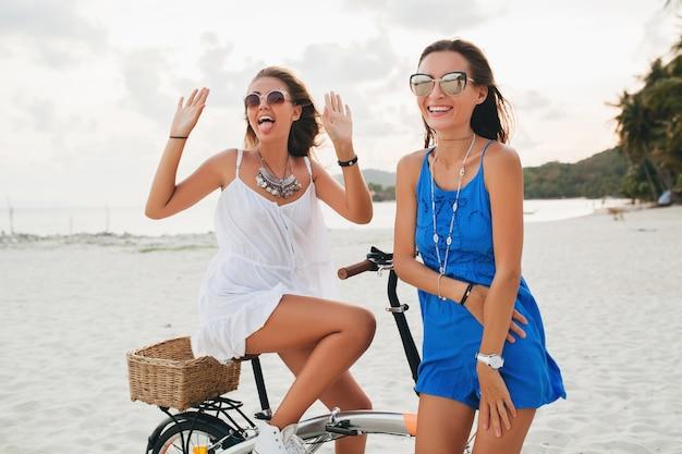 해변에서 재미 젊은 아름 다운 hipster 여자