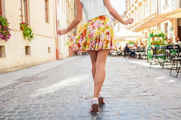 오래 된 도시 거리에 걷는 젊은 아름 다운 hipster 여자