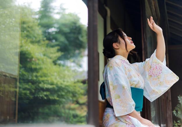 Молодая красивая японка в традиционном кимоно