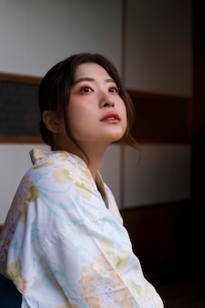 Giovane bella donna giapponese che indossa un kimono tradizionale
