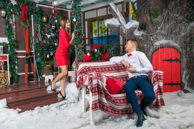 새 해를 축 하 하는 젊은 아름 다운 사랑 커플. 크리스마스를 축하하는 여자와 남자
