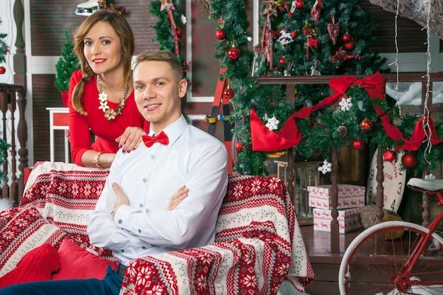 Молодая красивая любовная пара празднует новый год