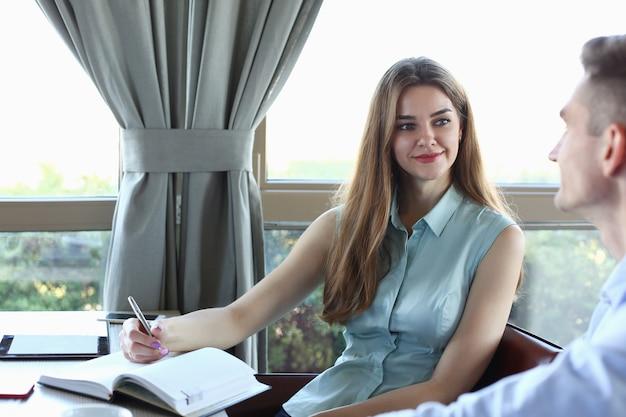 Молодой красивый мужчина и женщина встречаются в кафе бизнес-концепции