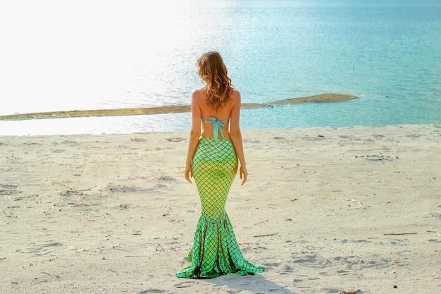 젊은 아름 다운 인어 여자는 바다 비용에 서 닫습니다. 코스프레 인어.