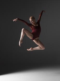 젊은 아름 다운 현대적인 스타일 댄서 점프