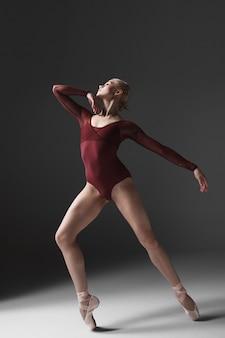 Молодой красивый современный стиль танцор позирует