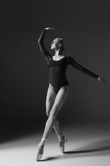 젊은 아름 다운 현대적인 스타일 댄서 포즈