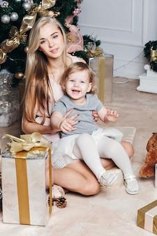 彼女の小さな娘と若い美しい母親