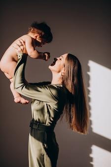 Молодая красивая мама с маленьким ребенком занимается грудным вскармливанием