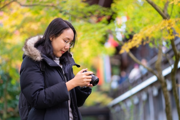 Молодой красивый фотограф с профессиональной камерой, принимая фото красивые
