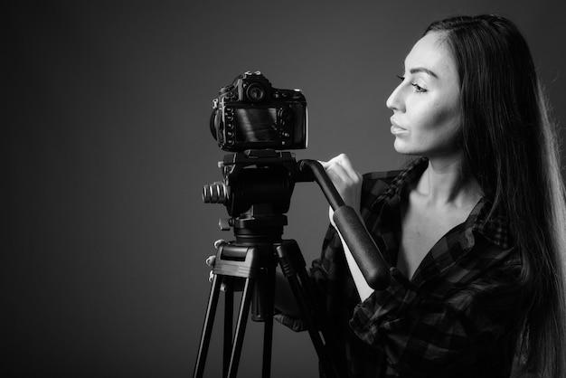 사진 카메라와 함께 젊은 아름 다운 사진 여자