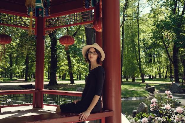 Молодая красивая беременная женщина на прогулке в парке варшавы, польша. лазенки