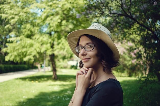 Молодая красивая беременная женщина на прогулке в парке варшавы