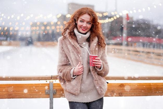 Молодая красивая рыжая девушка на катке