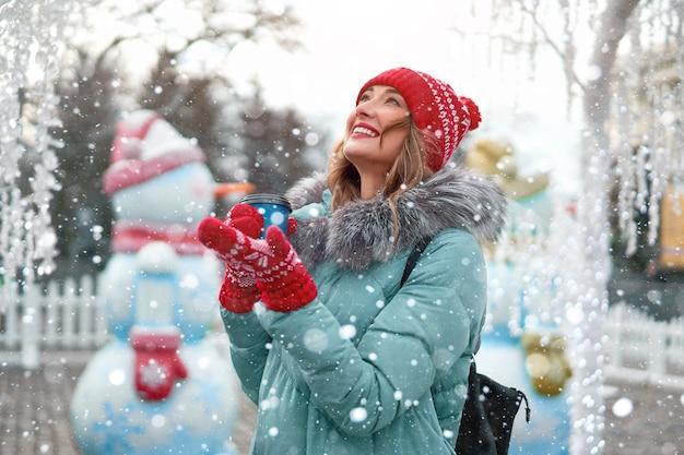 Молодая красивая рыжая девушка на городской площади