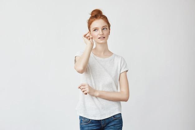 修正髪の笑みを浮かべて若い美しい赤毛の女性。