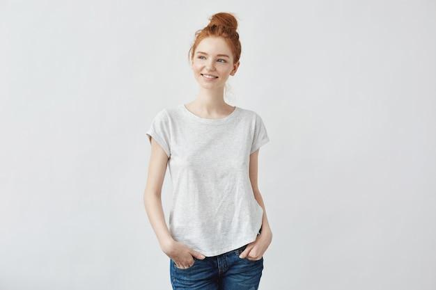 笑顔若い美しい赤毛の女性。