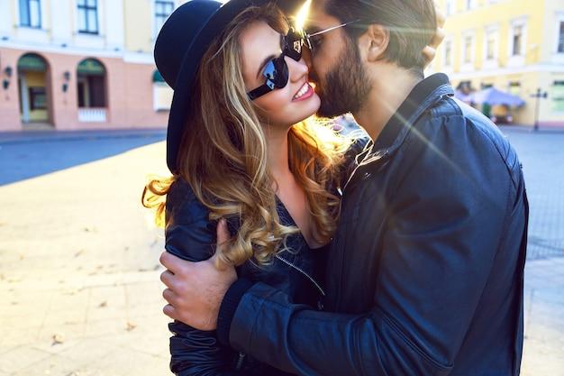 彼女のハンサムなスタイリッシュなボーイフレンドにキス若い美しい官能的なブロンドの女の子。
