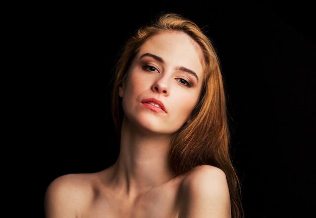 若い美しいセクシーな女の子。自信を持ってカメラを見ます。