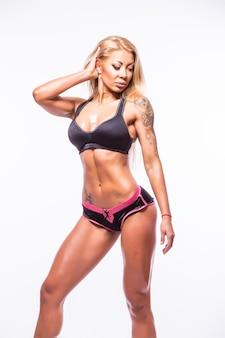 Giovane bella giovane donna atletica muscolare sexy in costume da bagno.