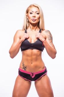 Молодая красивая сексуальная мускулистая спортивная молодая женщина в купальном костюме.