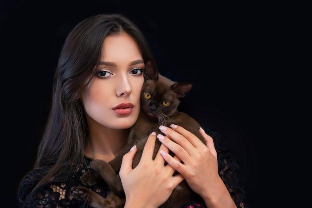그녀의 손에 고양이와 밝은 화장과 젊은 아름 다운 섹시 한 여자
