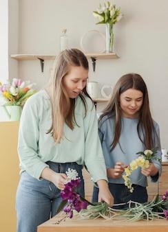 花を持って若い美しい姉妹