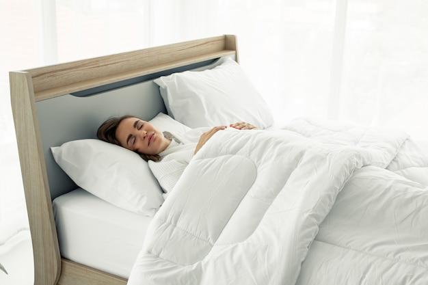 Молодой красивый сон в постели у себя дома.