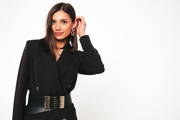 Молодая красивая улыбающаяся брюнетка в красивом модном черном деловом костюме