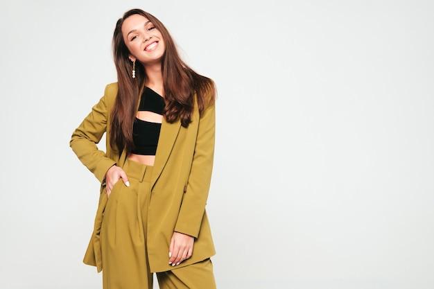 Молодая красивая улыбающаяся женщина в модной летней одежде
