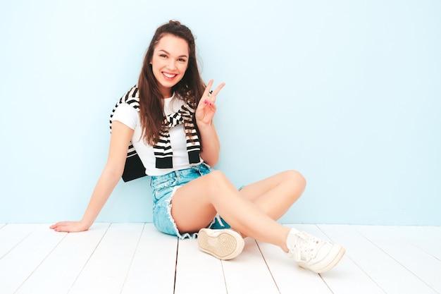 トレンディな夏の流行に敏感な服を着た若い美しい笑顔の女性