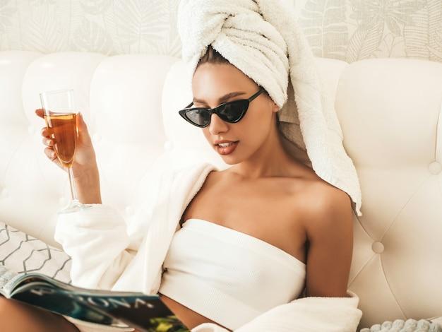 흰색 란제리와 머리에 수건을 입은 젊은 아름다운 웃는 여성