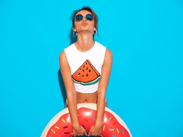 선글라스에 젊은 아름 다운 웃는 섹시 한 여자. 하얀 여름 속옷과 도넛 lilo 풍선 매트리스와 주제에 여자.