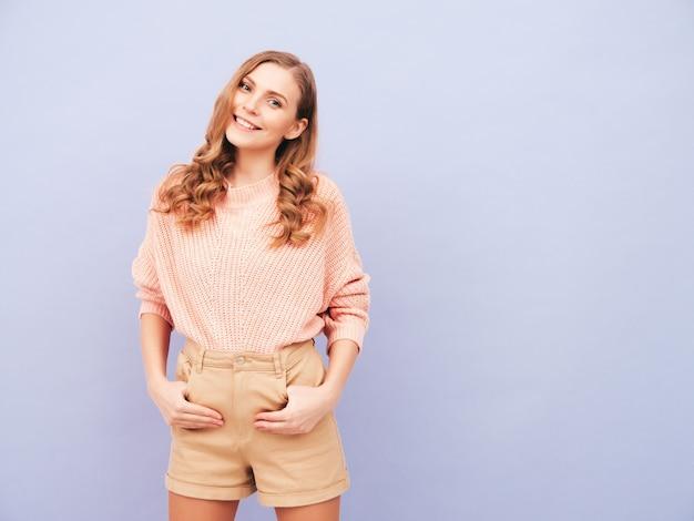 トレンディな夏の服を着た若い美しい笑顔の女性