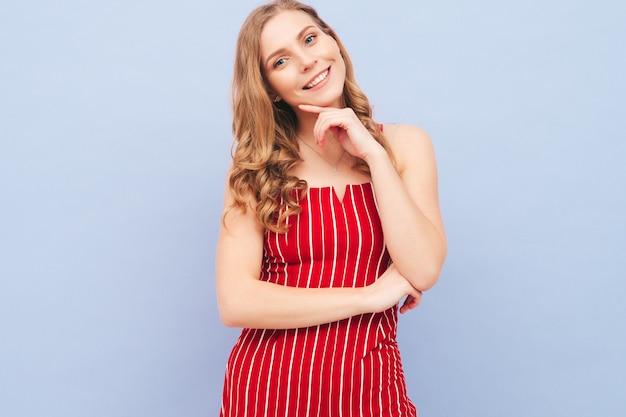 Giovane bella donna sorridente in abiti estivi alla moda