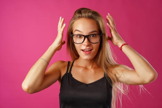 Молодая красивая подчеркнутая женщина страдает от головной боли с руками за голову