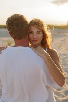 ビーチで若い美しいスタイリッシュなカップル。