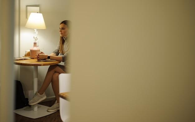 카페에서 테이블에 앉아 젊은 아름 다운 세련 된 소녀