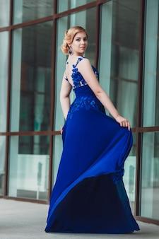 歩くと街でポーズ美しいスタイリッシュな少女。上品な若い女性の夏の屋外の肖像画