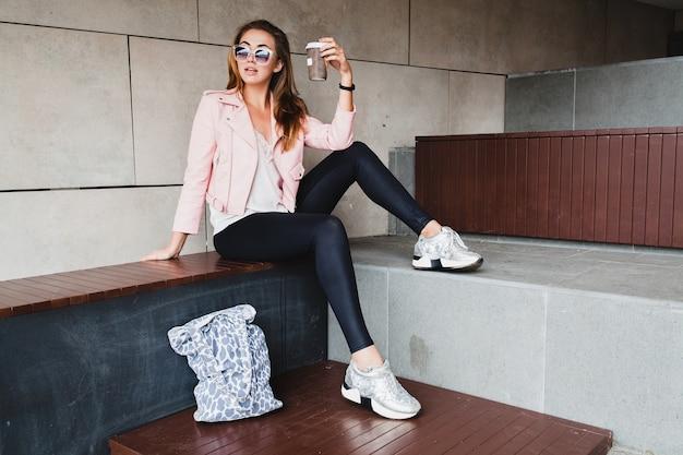 Молодая красивая стильная хипстерская женщина в розовой кожаной куртке