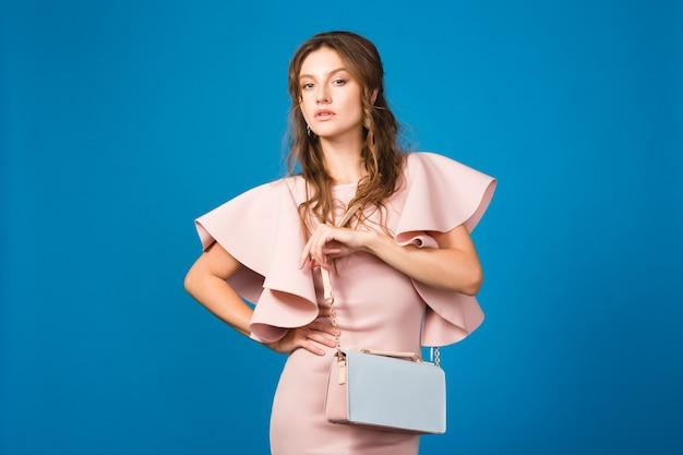 ピンクのドレスを着た若い美しいスタイリッシュな女性