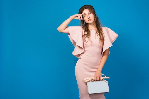 핑크 드레스에 젊은 아름 다운 세련 된 여자